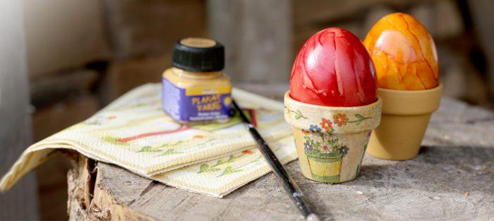 Dein Land Ei zeigt selbstgemachte Eierbecher mit Serviettentechnik und Mini-Tontöpfen