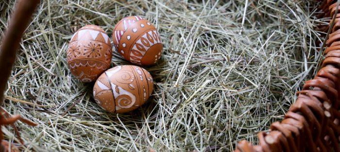 Dein Land Ei zeigt drei bemalte Ostereier mit Doodle-Technik.