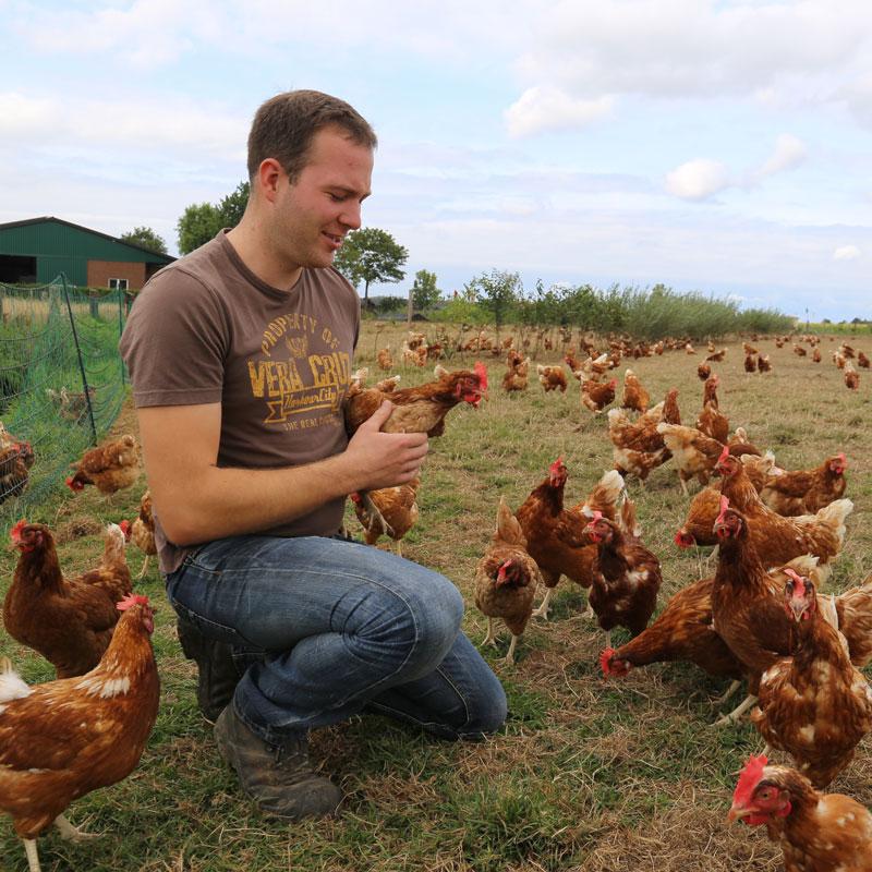 Dominik Kley auf seiner Hühnerweide