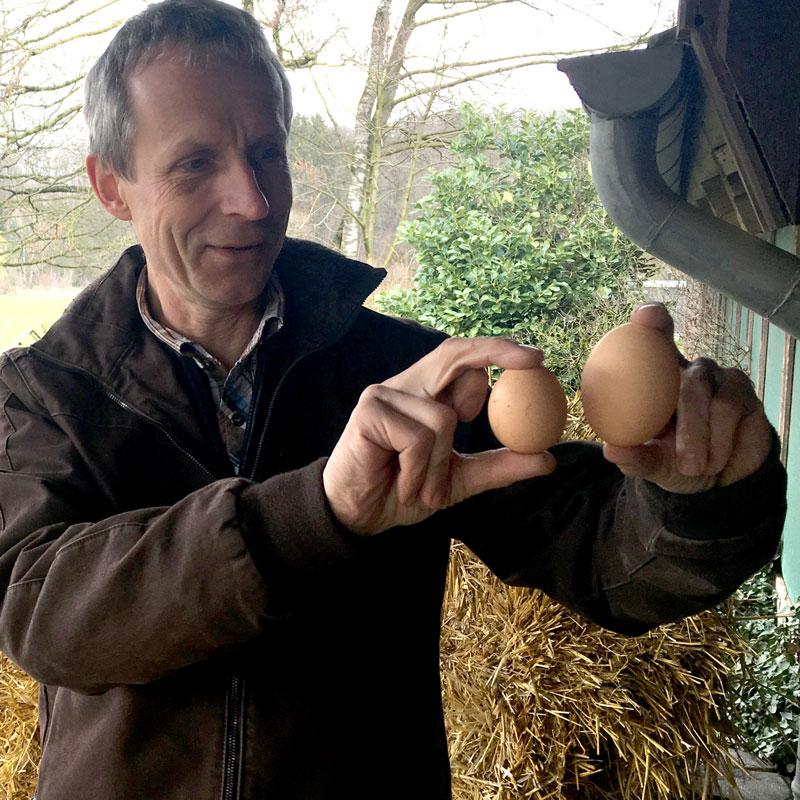 Andreas Klose demonstriert Eiergrößen