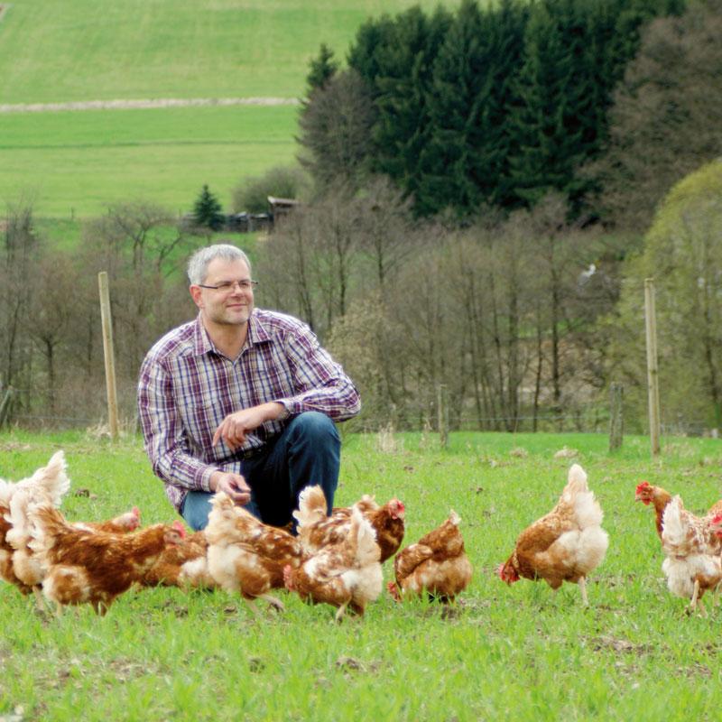 Uwe Klaas mit seinen Hennen auf der Weide